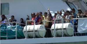 immigrati salerno 300x154 MIGRANTI: approda nave a Salerno. A bordo 11 donne incinte, 256 minori e 13 neonati