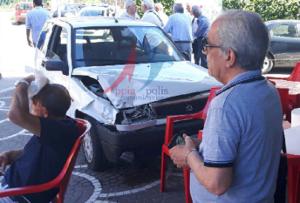 incidente 2 300x203 INCIDENTE: Tragedia sfiorata a Via Leonardo da Vinci Auto investita, precipita sui tavolini di un bar