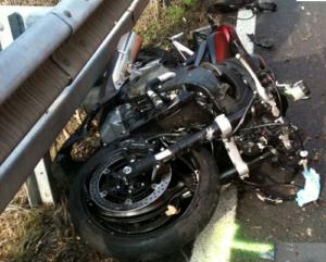 motocicletta 300x241 TRATTORE MANDA MOTO FUORI STRADA E SCAPPA , MORTO IL CENTAURO