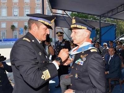"""10 il Comandante dona il foulard al Capo di SMA 800x534 AERONAUTICA MILITARE: GLI """"SPECIALISTI NEL CUORE"""" A CASERTA PER LA 3^ ADUNATA NAZIONALE"""