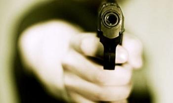 pistola COLPI DI PISTOLA PER STRADA, PROIETTILE IN UNA STANZA: PAURA A PONTICELLI