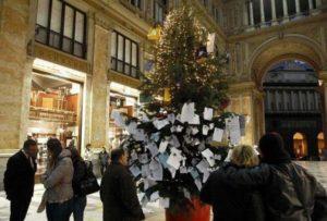 albero di natale 300x203 LA SOLITA STORIA: ALBERO DI NATALE RUBATO DOPO 24 ORE IN GALLERIA UMBERTO