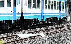 TRENO 300x186 16ENNE TROVATO MORTO SUI BINARI, PER INQUIRENTI CADUTO DA TRENO IN CORSA