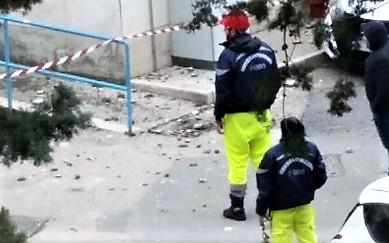 EV FOTO NOTIZIA, OSPEDALE: CROLLA UN CORNICIONE DEL PADIGLIONE F