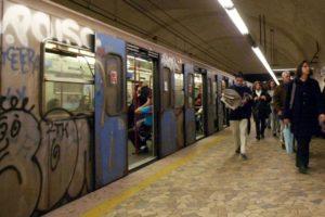 metro b roma inverno 2 fg 300x200 ROMA, MILITARE SI UCCIDE NEL BAGNO DELLA STAZIONE BARBERINI