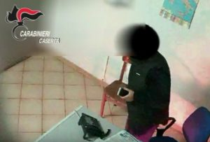Cattura 36 300x203 (VIDEO)   ESECUZIONE DI ORDINANZA DI CUSTODIA CAUTELARE A CARICO 7 PERSONE DIPENDENTI DELL AGENZIA DELLE ENTRATE
