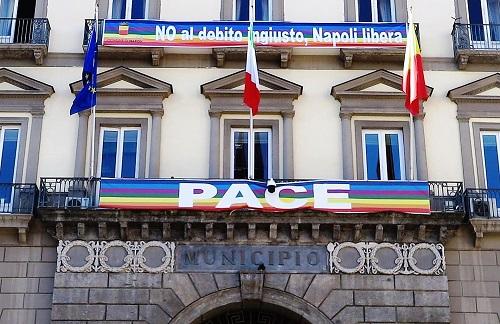 striscione debito STRISCIONE A PALAZZO SAN GIACOMO: NO AL DEBITO INGIUSTO, NAPOLI LIBERA