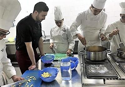 """Volontari1 GLI STUDENTI DELL'ISTITUTO ALBERGHIERO """"VILLAGGIO"""" CONTRO GLI SPRECHI ALIMENTARI"""