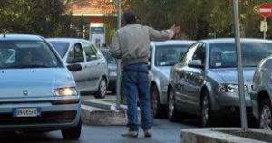 parcheggiatore 300x158 PARCHEGGIATORE ABUSIVO INSULTA UOMO CHE NON LO PAGA, ARRESTATO