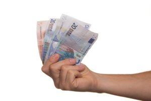 soldi 300x200 INCASSAVA PENSIONE DEL PADRE MORTO, TRUFFA PER 50MILA EURO