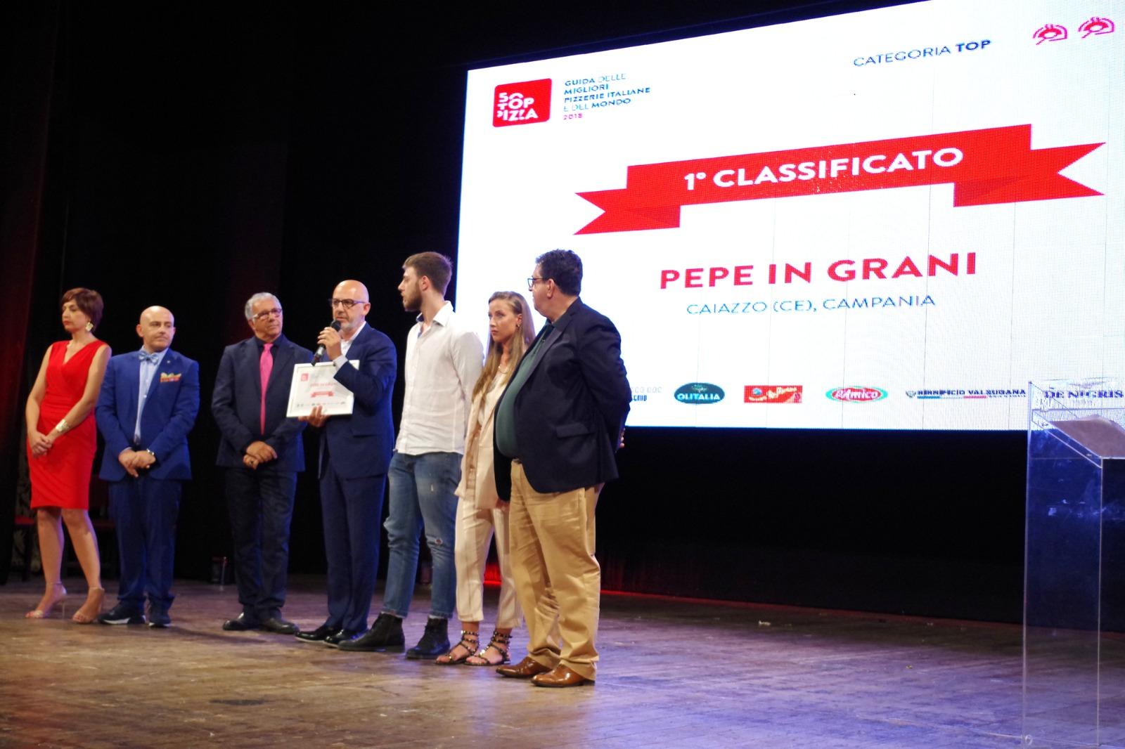 Franco Pepe ritira il riconoscimento RICONFERMA A 50 TOP PIZZA PER PEPE IN GRANI: MIGLIOR PIZZERIA D'ITALIA