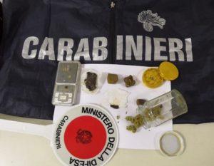 sequestro droga 2 300x233 TENTA DI LIBERARSI DELLA DROGA, FERMATO E PERQUISITO: 40 GR. HASHISH IN CASA