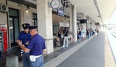 polizia ferroviaria polfer PLURIPREGIUDICATO RAPINA UN'AUTOMOBILISTA ALLA STAZIONE DI CASERTA: LA POLFER LO SALVA DALLA FOLLA E LO ARRESTA