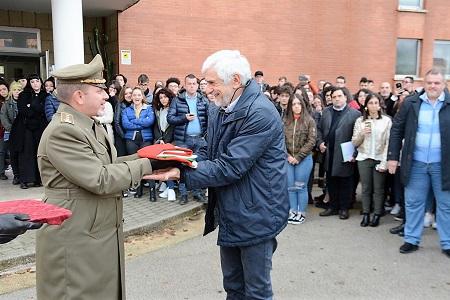 """1. Donazione del Tricolore L'ESERCITO DONA IL TRICOLORE AGLI STUDENTI CASERTANI DEL LICEO ARTISTICO """"S.LEUCIO"""""""
