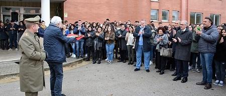 """2. Un Momento della Donazione L'ESERCITO DONA IL TRICOLORE AGLI STUDENTI CASERTANI DEL LICEO ARTISTICO """"S.LEUCIO"""""""