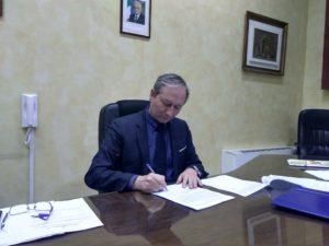 sindaco Pirozzi firma ordinanza via Nazionale 300x225 SANTA MARIA A VICO, FIRMATA ORDINANZA DI DIVIETO TRAFFICO IN VIA NAZIONALE