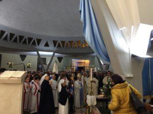Il Vescovo sosta davanti alla statua della Madonna 300x225 GIORNATA INTERNAZIONALE DEL MALATO, MESSA ALLA PARROCCHIA LOURDES