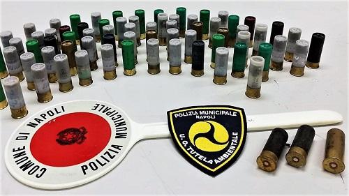 pallottole 1 NAPOLI, IN UN GARAGE TROVATI 76 CARTUCCE CALIBRO 12, 1 MOTO E 3 AUTO RUBATE