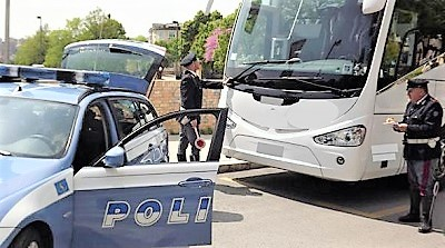 poliziastradale LA POLIZIA FERMA BUS CON BIMBI IN GITA: L'AUTISTA AVEVA BEVUTO