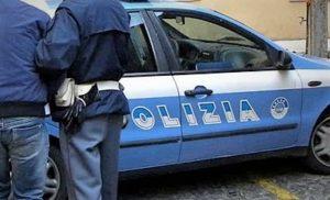 polizia arresti 300x182 SPACCIO DI SOSTANZE STUPEFACENTI: ARRESTO IN FLAGRANZA DALLA POLIZIA