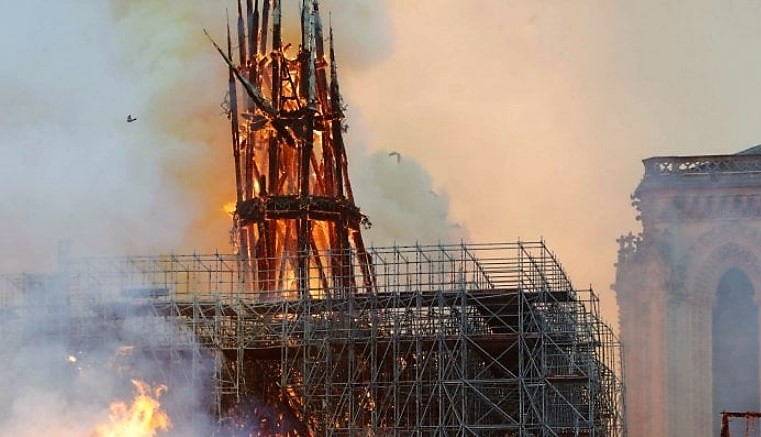 NOTRE DAME NOTRE DAME IN FIAMME