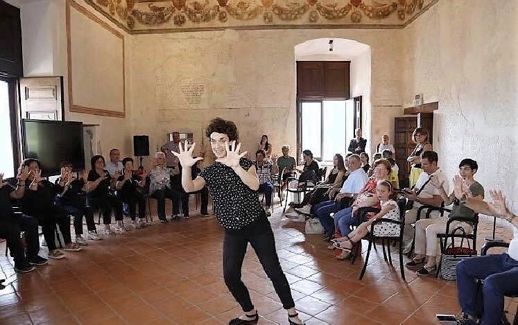momenti delliniziativa svolta a Venafro al Castello Pandone NEUROMED: COMBATTERE IL PARKINSON NELL'ARTE E NELLA BELLEZZA