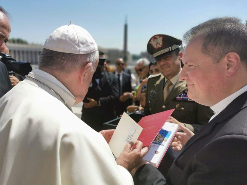 2. Papa Francesco con don Claudio Mancusi IL PAPA RINGRAZIA LA BRIGATA GARIBALDI