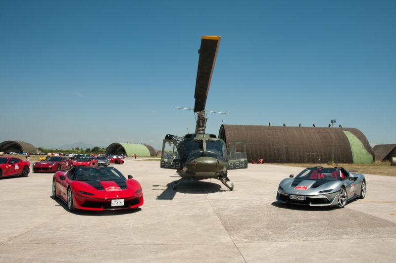 Due autovetture Ferrari con lelicottero HH 212 BASE AEREA GRAZZANISE, FERRARI CAVALCADE: 115 MITICHE AUTO AL 9° STORMO