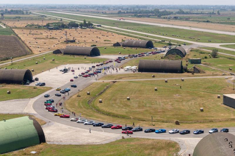 Foto dallalto dello schieramento delle auto BASE AEREA GRAZZANISE, FERRARI CAVALCADE: 115 MITICHE AUTO AL 9° STORMO