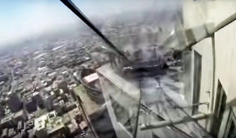 Immagine IL TERRORE CORRE NELLO SCIVOLO DI VETRO SUL GRATTACIELO DI LOS ANGELES