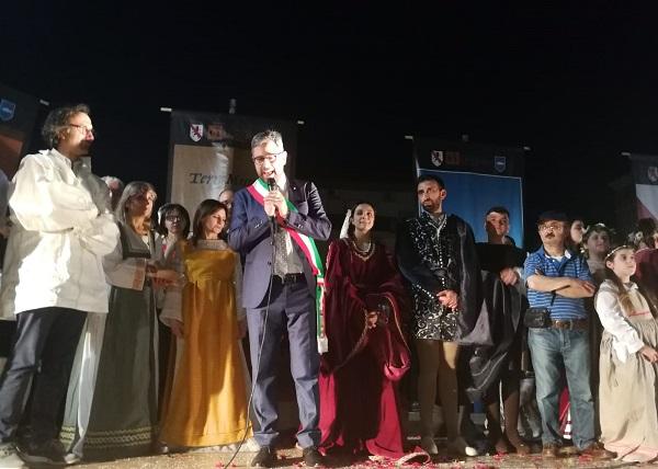 Saluti sindaco SUCCESSO PER LA RIEVOCAZIONE DEL MATRIMONIO DI GIOVANNELLA...E GIÀ SI PENSA ALLA III EDIZIONE