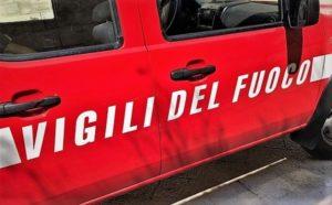 VIGILI DEL FUOCO 300x186 INCENDIO IN UN PORTONE A SANTAGAPITO, SI INDAGA SULLE CAUSE