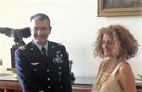 La direttrice Tiziana Maffei con il Col. Nicola Gigante IL NUOVO DIRETTORE DELLA REGGIA MAFFEI INCONTRA IL COL. GIGANTE ALLA SCUOLA SPECIALISTI DELL'AERONAUTICA MILITARE