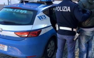 arresto polizia generico 2 300x185 COMMERCIO ILLECITO DI FRINGILLIDI, IN SETTE IN MANETTE