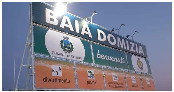 cartellone baia domizia BAIA DOMIZIA, I NUOVI CARTELLONI DI BENVENUTO