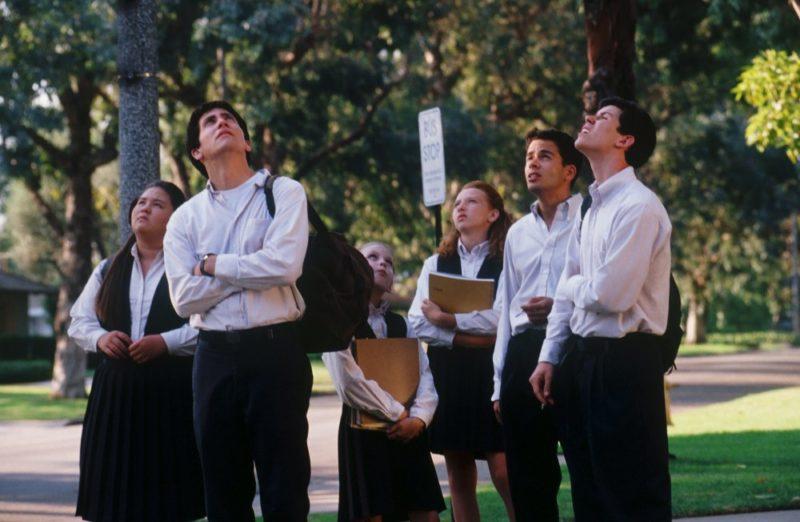 """donnie darko 2001 009 jake gyllenhaal schoolkids looking up """"DONNIE DARKO"""": IL FASCINO DELL'INSPIEGABILE"""
