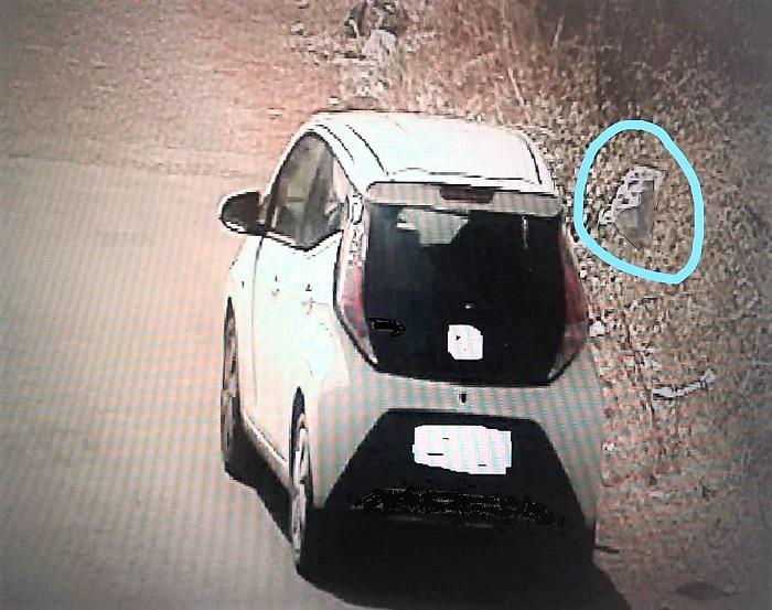 foto via pacinotti SAN NICOLA LA STRADA: LANCIA UN SACCHETTO DALL'AUTO IN CORSA, BECCATO DALLE TELECAMERE