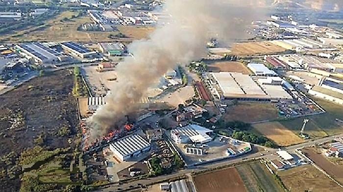 incendio battipaglia rifiuti foto 1 BATTIPAGLIA, IL MINISTRO DEL GIORNO DOPO E LA SINDACA PERMALOSA…