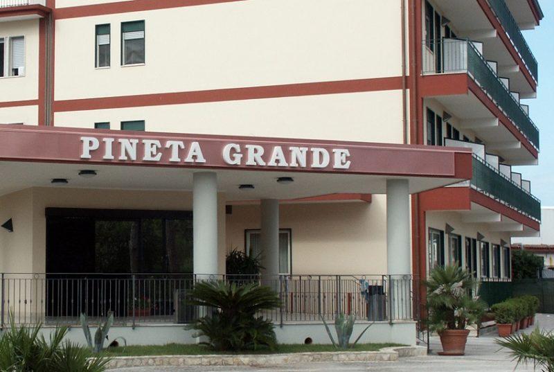 pineta grande VILLA PINETA GRANDE, AMPLIAMENTI IRREGOLARI: SEQUESTRATI I CANTIERI