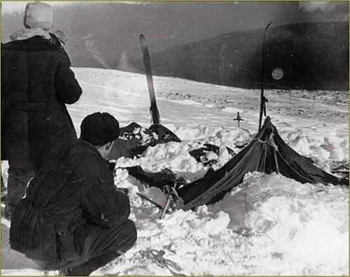 spedizione Dyatlov Pass COSA ACCADDE NEL 1959 A NOVE ESCURSIONISTI IN MARCIA VERSO IL MONTE DEI MORTI?