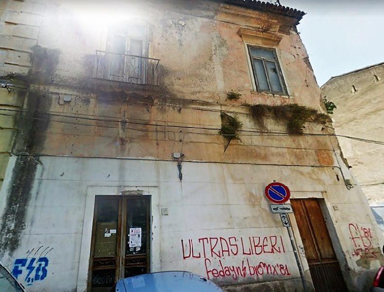 via san carlo PERICOLO DI CROLLO STABILE IN VIA SAN CARLO: CHIUSO LACCESSO