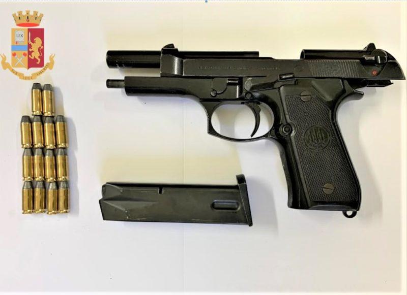 Pistola BERETTA 9X21 CARICA RUBATA, NASCOSTA NEL COMODINO: ARRESTATO