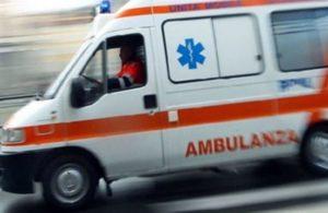 ambulanza ok 300x195 CASAL DI PRINCIPE: SI SENTE MALE E AGGREDISCE SANITARI DEL 118