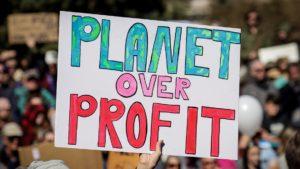 Cartellone esposto durante sciopero globale per il clima 300x169 CARITAS, NUOVO INCONTRO ONLINE IL 14 GENNAIO SULLEMERGENZA CLIMATICA