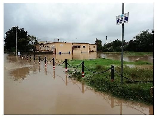 La scuola elementare di Casamare in mezzo all'acqua  DISASTRO A SESSA AURUNCA, ESONDA IL RIO TRAVATA E CASAMARE VA SOTT'ACQUA…E I SINDACI RESTANO A GUARDARE O VANNO IN VACANZA!