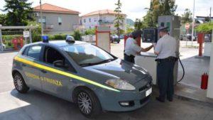 benzina guardia di finanza 300x169 BENZINA MISCELATA IRREGOLARMENTE, SEQUESTRATO DISTRIBUTORE