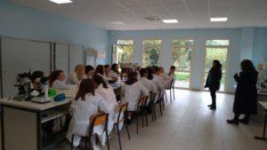 Laboratorio scienze con allievi biomedico Caiazzo 1 300x169 AL GIANNONE DI CAIAZZO PRESENTAZIONE START UP SUL PARKINSON GIOVEDI 12