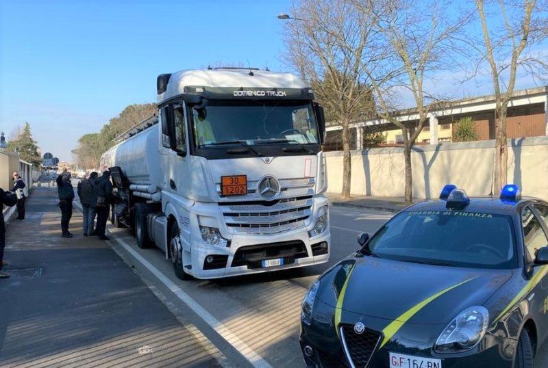 IMG 20200114 WA0012 scaled GdF CASERTA SEQUESTRA AUTOCISTERNA CON 29 TONNELLATE DI GASOLIO DI CONTRABBANDO