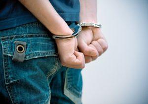 polizia arresto carabinieri manette 300x210 FURTO IN CASA DI 3500 EURO, ARRESTATO 52ENNE NAPOLETANO