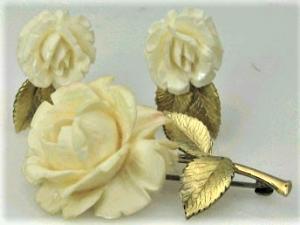 spilla con rametto di rose in metallo dorato e petali in celluloide color avorio. Firmata Krementz fine '800. I GIOIELLI DELL'EPOCA VITTORIANA – Seconda puntata – L'OCCHIO DELL'AMANTE
